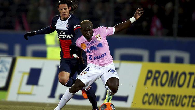 Edinson Cavani à la lutte avec Djakaridja Koné, le 4 décembre 2013, au parc des sports d'Annecy (Haute-Savoie). ( MAXPPP)