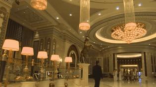 350 dignitaires saoudiens ont été regroupés dans un hôtel de luxe. Le seul moyen de s'en sortir : payer. Retour sur cette vaste purge. (France 2)