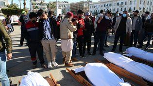 Cérémonie de prière pour les funérailles de victimes des groupes armés, le 22 janvier 2021. Les corps ont été retrouvés dans une fosse commune de Tarhuna (Libye). (STR / EPA)