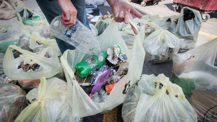 Un homme ramasse des déchets, le 20 septembre 2020 à Montpellier. (TIZIANA ANNESI / AFP)
