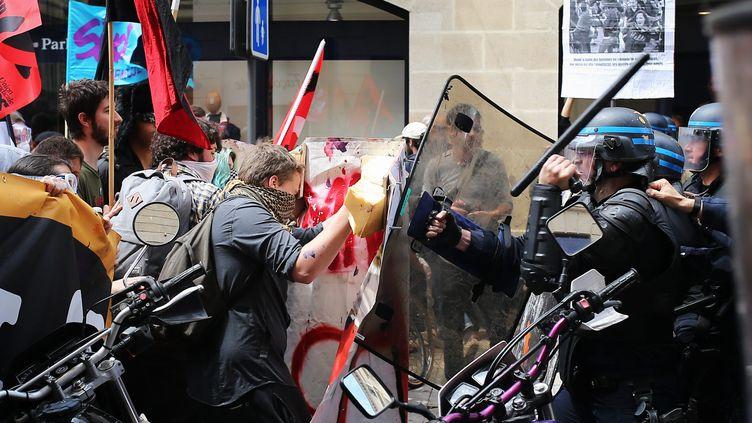 Des opposants à la loi Travailaffrontent des policiers à Bordeaux, le 26 mai 2016. (MAXPPP)