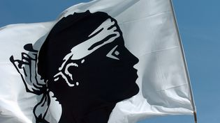 Un drapeau corse flotte sur le chapiteau des Journées internationales de Corte, le 4 août 2007. (STEPHAN AGOSTINI / AFP)
