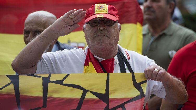 En Catalogne, les opposants à l'indépendance disent subir des pressions de la part de ceux qui sont pour l'indépendance de cette région espagnole. Ici, lors d'une manifestation contre le référendum d'auto-détermination, le 27 septembre à Barcelone. (JOSEP LAGO / AFP)