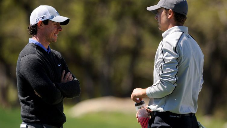 Rory McIlroy et Jordan Spieth en discussion (STEVE DYKES / GETTY IMAGES NORTH AMERICA)