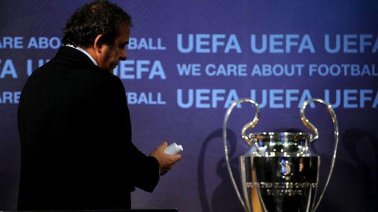 Michel Platini, président de l'UEFA avec le trophée de la Ligue des Champions