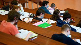 Des étudiants suivent un cours à l'université de Rennes, le 4 janvier 2021 (illustration). (DAMIEN MEYER / AFP)