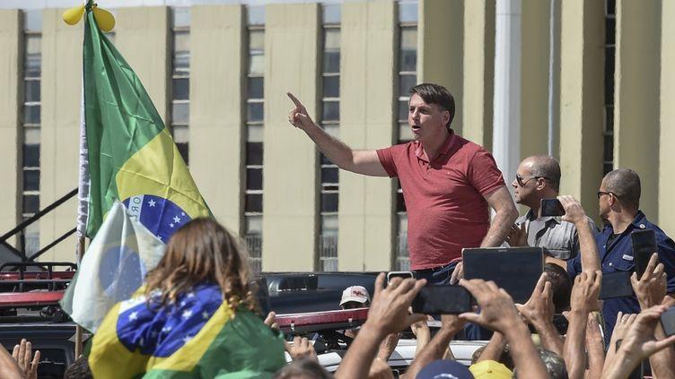 Le président brésilien Jair Bolsonaro harangue des manifestants anti-confinement à Brasilia, la capitale, le 19 avril 2020. (EVARISTO SA / AFP)