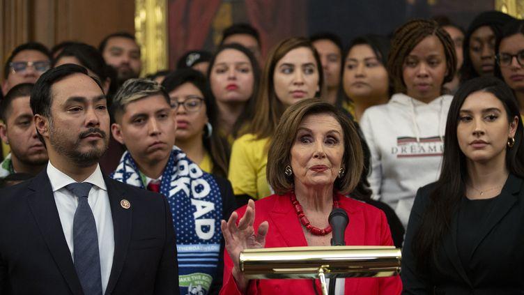 La speaker de la Chambre des représentants, Nancy Pelosi, lors d'une conférence de presse au Capitole (Washington, Etats-Unis), le 12 novembre 2019. (STEFANI REYNOLDS / CNP / AFP)