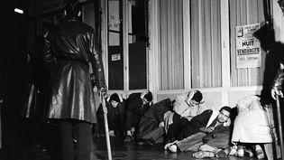 Des manifestants algériens arrêtés à Puteaux (Hauts-de-Seine), le 17 octobre 1961. (FERNAND PARIZOT / AFP)