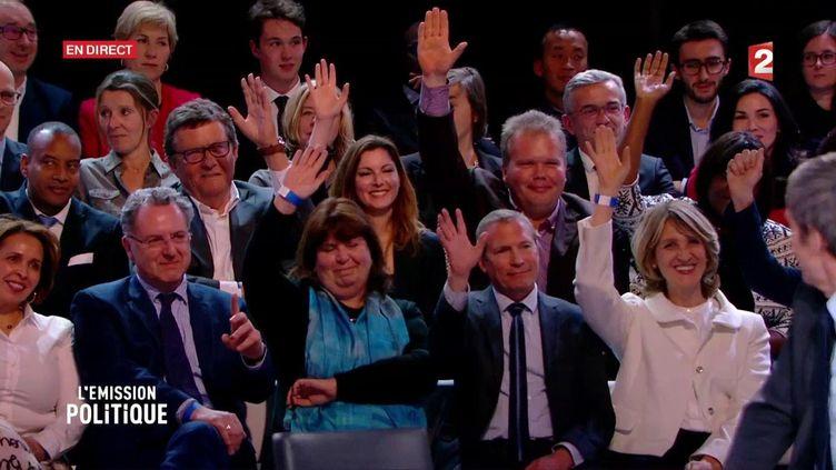 Les candidats En Marche! aux législatives lèvent la main et se dévoilent lors de l'Émission Politque de France 2 le 6 avril 2017. (CAPTURE ECRAN FRANCE 2)