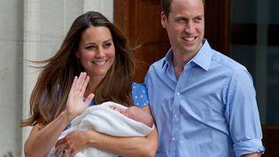 Le prince William et son épouse, Kate Middleton, quittent la maternité au lendemain de la naissance de leur fils George, à Londres, mardi 23 juillet 2013. (ANDREW COWIE / AFP)