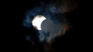Une éclipse solaire, le 3 novembre 2013, dans le ciel de Tenerife (Espagne). (DESIREE MARTIN / AFP)