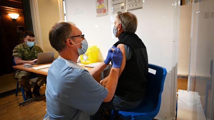 Un Britannique se fait vacciner contre le Covid-19 à Kingston Upon Hull, le 10 février 2021. (PAUL ELLIS / AFP)