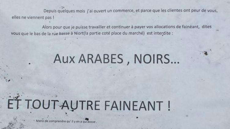 Antoine a trouvé cette affiche sur le trottoird'une rue de Niort (Deux-Sèvres), mardi 23 février. (Capture d'écran Twitter / Ant0ineLer0y)