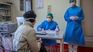Des médecins et un patient à l'hôpital de Crémone dans le nord de l'Italie. Illustration. (CARLO COZZOLI / MAXPPP)