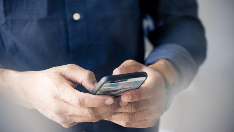 Regarder un match sur son téléphone portable ou son ordinateur pendant ses heures detravail est une faute au regard de la loi(photo d'illustration). (MAXPPP)