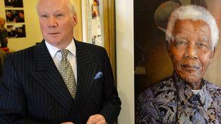 Six séances de pose dans le bureau de Mandela, en 2008 à Johannesburg ont été nécessaires à la réalisation de ce portrait. Il représente Mandela dans une chemise colorée, les cheveux blancs, les yeux baignés de sagesse et les lèvres esquissant le début d'un sourire. Le portrait, réalisé gratuitement, a été vendu aux enchères en 2008, pour 480.000 euros, lors d'un concert célébrant les 90 ans de Mandela à Londres.  (BEN STANSALL / AFP)