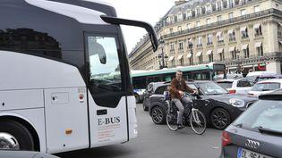 Un cycliste au milieu des voitures, à Paris. (SERGE ATTAL / ONLY FRANCE / AFP)