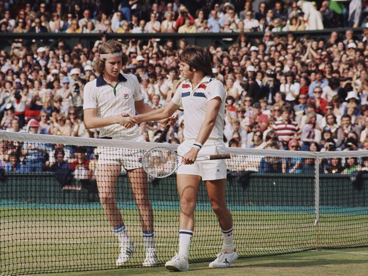 John McEnroe (L) stringe la mano a Jimmy Connors durante le semifinali di Wimbledon il 30 giugno 1977. (FOX PHOTOS / HULTON ARCHIVE)