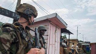 Une patrouille mixte Sangaris-Misca dans le quartier PK12 de Bangui. (Ministère de la Défense)