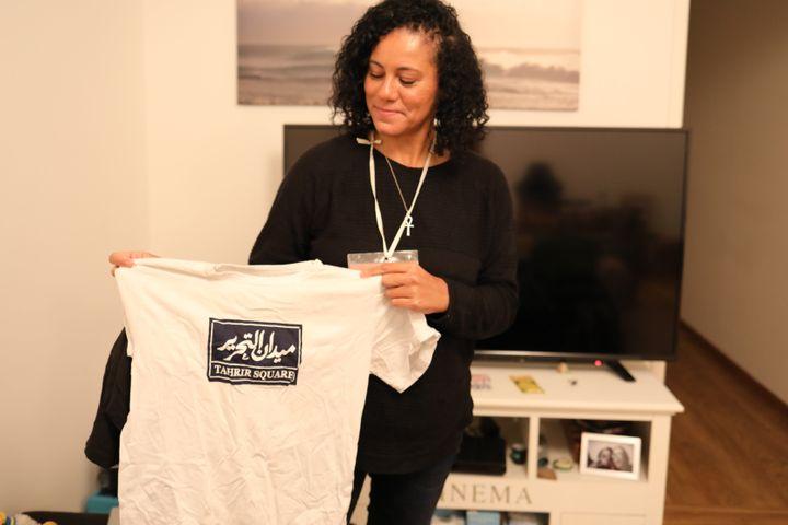 Shahinaz porte un tee-shirt de la révolution égyptienne de 2011, chez elle en région parisienne, le 26 janvier 2021. (ELISE LAMBERT / FRANCEINFO)