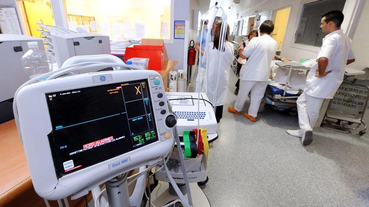 Des infirmiers et des médecins dans un service d'urgences. (        SEBASTIEN JARRY                             / MAXPPP)