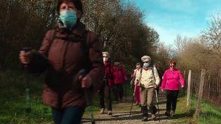 Les spécialistes de santé recommandent la marche pour se dépenser. Marcher chaque jour serait bon pour notre santé et notre bien-être. (France 2)