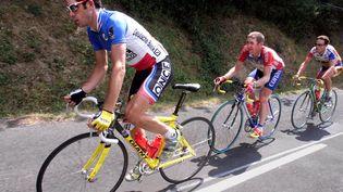 Laurent Jalabert (G) à l'entraînement, lors d'une pause du Tour de France, le 24 juillet 1998, entre Tarascon-sur-Ariège et le Cap d'Agde (Hérault). (PATRICK KOVARIK / AFP)