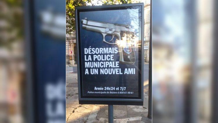 Une photo de l'affiche publicitaire visible dans les rues de Béziers (Hérault), envoyée par un internaute de francetv info. (FRANCETV INFO )