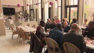 Entrer en maison de retraite est souvent vécu comme une exclusion, selon un rapport sur la dépendance remis au gouvernement. Une structure près de Rouen (Seine-Maritime) abrite des commerces que tous les résidents et habitants peuvent fréquenter. (FRANCE 2)