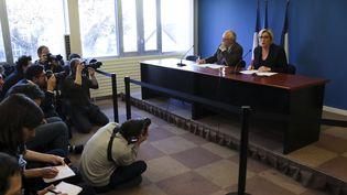Le trésorier du Front national, Wallerand de Saint Just, et la présidente du parti, Marine Le Pen, lors d'une conférence de presse à Paris, le 22 novembre 2017. (JACQUES DEMARTHON / AFP)