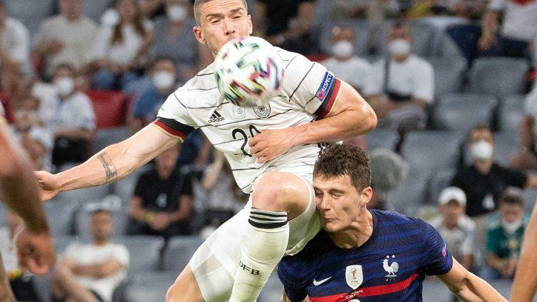L'Allemand Robin Gosens et le Français Benjamin Pavard en plein duel pour le ballon lors du match France-Allemagne de l'Euro 2021 de football le 15 juin 2021. (FEDERICO GAMBARINI / DPA)
