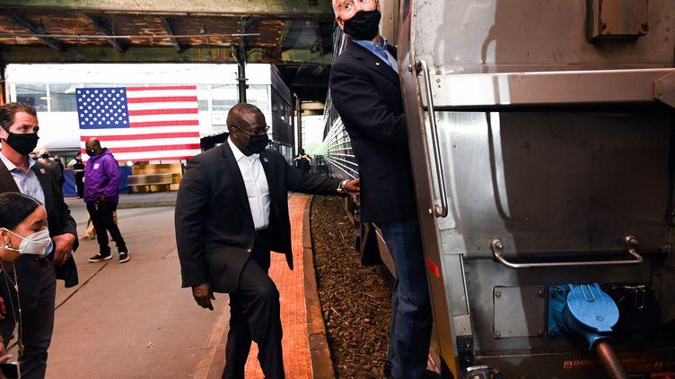 Joe Biden prend place de sontrain de campagne, le 30 septembre 2020 à Pittsburgh (Pennsylvanie). (ROBERTO SCHMIDT / AFP)