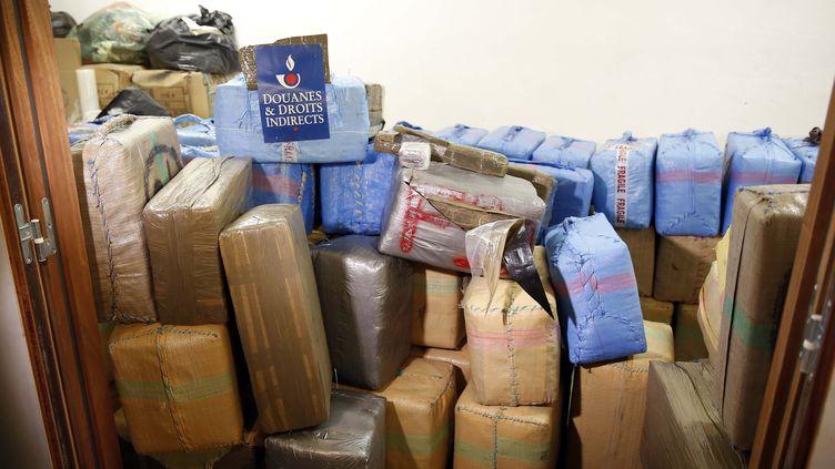 Photo prise par le service des douanes d'une partie des 7,1 tonnes de cannabis retrouvées dans des camionnettes garées en plein Paris, le 18 octobre 2015. (PIERRE CONSTANT / AFP)
