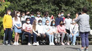 Des élèves posent masqués pour leur photo de classe, le 1er septembre 2020, au collège Kennedy de Mulhouse (Haut-Rhin). (MAXPPP)