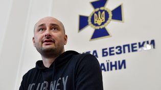 Le journaliste russe Arkadi Babtchenko, lors d'une conférence de presse, mercredi 30 mai, à Kiev (Ukraine). (SERGEI SUPINSKY / AFP)