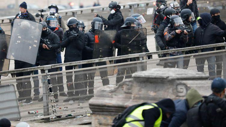 """Des policiers lors d'une manifestation des """"gilets jaunes"""" à Paris le 5 janvier 2019. (OLIVIER CORSAN / MAXPPP)"""