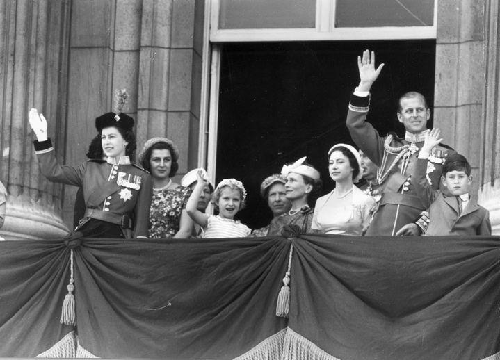 La famille royale britannique salue la foule depuis le balcon du palais de Buckingham, à l'occasion de l'anniversaire officiel de la reine, le 13 juin 1957, à Londres. (FOX PHOTOS / HULTON ROYALS COLLECTION / GETTY IMAGES)