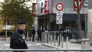 Un policier en faction aux abords du Stade de France, le 14 novembre 2015. (BENOIT TESSIER / REUTERS)