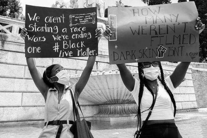 Des manifestantes portent des pancartes pour dénoncer le racisme à Rome (Italie), le 7 juin 2020. (MONDADORI PORTFOLIO / MONDADORI PORTFOLIO EDITORIAL)