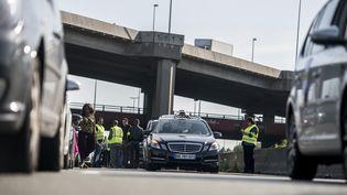 Des taxis bloquent une autoroute, près de Paris, le 11 juin 2014. (FRED DUFOUR / AFP)
