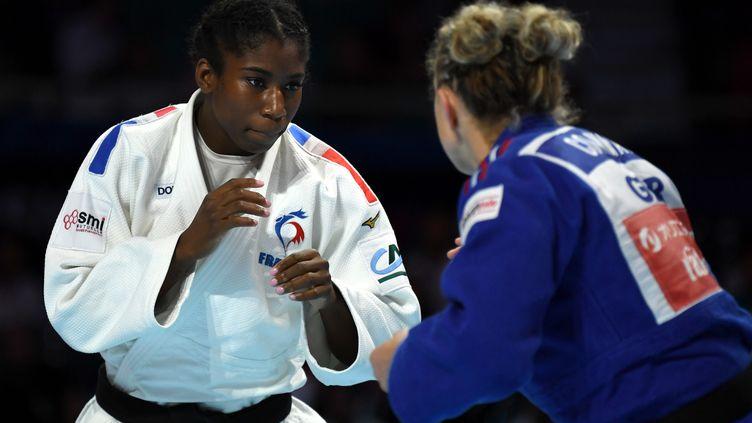 La judoka française Marie-Eve Gahié (gauche) lors des Championnats du monde à Tokyo (Japon), le 29 août 2019. (CHARLY TRIBALLEAU / AFP)