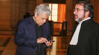 Enrico Macias et son avocat au procès de la filiale luxembourgeoise de la banque islandaise Landsbanki, en mai 2017. (V. LESAGE / MAXPPP)