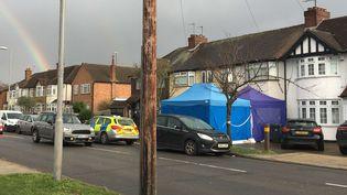 Les enquêteurs de la police britannique inspectent le domicile deNikolaï Glouchkov, dans la banlieue sud-ouest de Londres, mardi 13 mars. (EVA RYAN/AP/SIPA / AP)