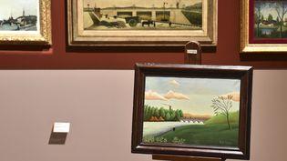 Le tableau offert anonymement (premier plan), exposé devant les trois autres oeuvres du Douanier Rousseaudu musée d'Art Naïf de Laval, le 29 août 2017.  (JEAN-FRANCOIS MONIER / AFP)