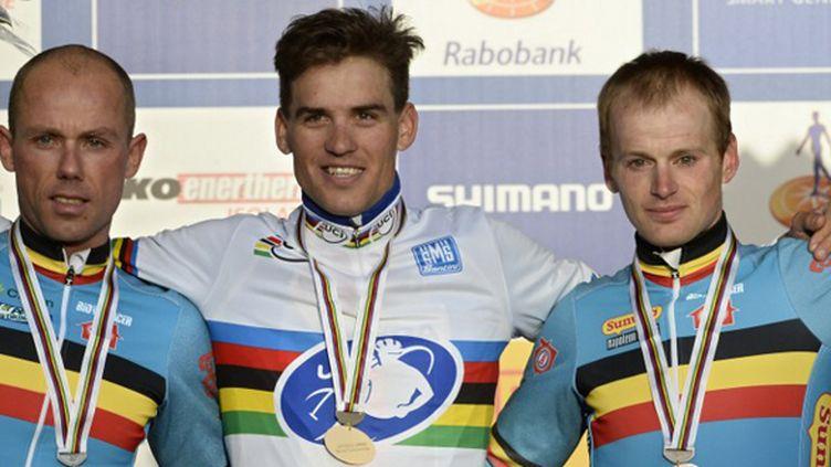 Zdenek Stybar champion du monde de cyclo-cross entouré de Sven Nys et Kevin Pauwels (DIRK WAEM / BELGA MAG)