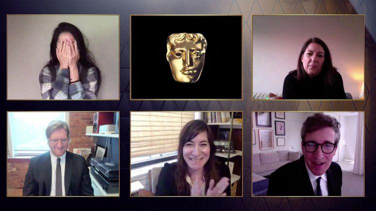 """La réalisatrice Chloé Zhao et l'équipe du film """"Nomadland"""" réagit après sa récompense aux Bafta, le 11 avril 2021. (BAFTA / AFP)"""