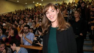 """La comédienne Louise Bourgoin à la faculté de médecine Paris-Descartes le 26 novembre 2018, lors de la présentation de la première saison de la série """"Hippocrate"""" (OLIVIER LEJEUNE / MAXPPP)"""