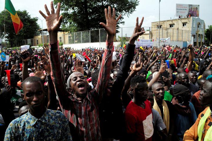Des partisans de l'imam Mahmoud Dicko manifestent contre le président malien Ibrahim Boubacar Keïta, à Bamako, au Mali, le 10 juillet 2020. (REUTERS)
