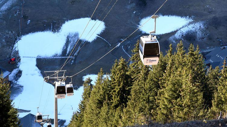 Les télécabines d'une remontée mécanique de Méribel (Savoie), le 16 décembre 2016 (illustration). (JEAN-PIERRE CLATOT / AFP)